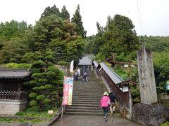 さっそく山寺に向かいます。 860年に清和天皇の勅命で円仁が開山し、その829年後の1689年に松尾芭蕉が訪れているこのことです。 それから更に332年。 すごいですね。。