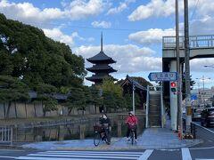 帰りは公共交通機関で帰ることにしたので、テクテクお散歩。 東寺。