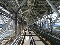 因島大橋は自動車道の下に自転車道があります。