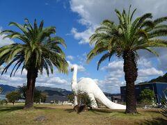 因島に入ると、公園に恐竜のオブジェ