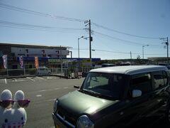 三崎漁港へ。 三崎フィッシャリーナウォーフうらりという所へやって来ました。 駐車場に車を停めておこうと思います