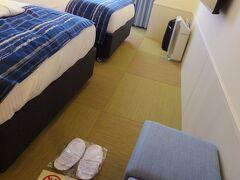 オリオンで荷物を受け取って、歩いて5分の次のホテルへ。 「沖縄逸の彩(ひので)ホテル」に1泊します。  15階のツインルーム。 お部屋は畳敷きなので靴を脱いで上がりますが、段差とかが無いのでいつも忘れてそのまま入ってしまいました。
