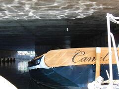 小樽運河クルーズ ライジャケをつけて船に乗り込む