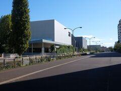 立派な建物が見えてきました. 都立多摩図書館と東京都公文書館でした.  手前の広い歩道となっている所は,東山道武蔵路跡の道でした.