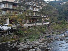 河鹿荘前の紅葉が始まろうとしています。