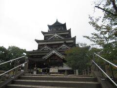 中には入りませんでしたが天守閣です。 原爆投下で倒壊した為1958年に再建された物だそうです。 広島城の写真も撮ったので広島駅方面へ歩き進みます。