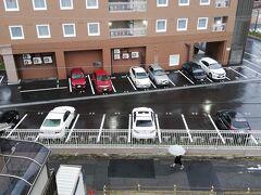 こちらも最近出来たと思われる赤い東横インの裏でした。 これは宿のベランダから見た赤い東横インこと東横INN広島駅スタジアム前です。