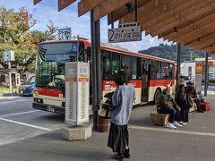 伊豆箱根バスの奥湯河原行きに乗り換えます。