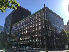 道庁のあるブロックの南東に位置する、札幌グランドホテル。 1934年開業。 道内初の本格洋風ホテルとして、皇室を始め数々の有名人をもてなしてきたのだとか。 無名人中の無名人として、泊めていただきますか。