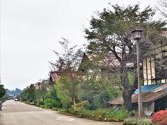 """紅葉を楽しみに行ったはずの平標山が雨で消化不良気味のハイキングとなってしまい、残念な気持ちが大きい中で向かったのは、猿ヶ京温泉の道の駅である""""たくみの里""""。  たくみの里は、三国街道にあった街道宿の須川宿の村そのものを道の駅として整備しているユニークな道の駅だ。"""