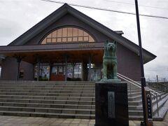 【大館駅から徒歩数分】 あっ、いました!🐶 忠犬ハチ公像は、秋田犬の里の前に移設されたみたいですね。
