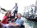 ヴェネツィアに来たら、まずはゴンドラで運河巡り!生演奏と唄で楽しむゴンドラセレナーデ<午後〜夜/ヴェネツィア発>